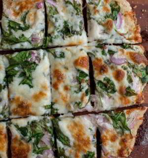 Пицца со шпинатом и соусом ранч
