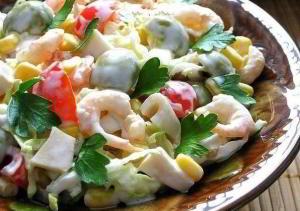 Салат с креветками, кальмарами, оливками и кукурузой