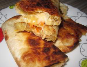 Хрустящие пирожки с расплавленным нежным сыром и капустой