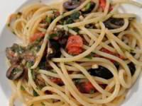 Спагетти с соусом из оливок, помидоров и каперсов
