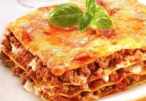 Итальянская лазанья с говяжьим фаршем, томатно-сливочным соусом и сыром