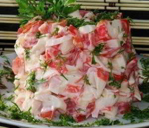 рецепт  Салатик из крабовых палочек с помидорами