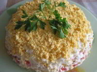 Слоеный салат с консервированной рыбой Искушение