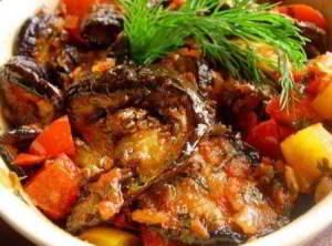 Баклажаны с овощами в томатном соусе