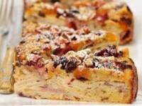 Бабушкин пирог с клубникой, яблоками, изюмом и курагой