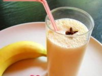 Банановый коктейль с корицей и печеньем