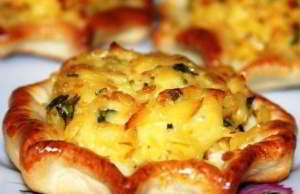 Ватрушки с копченым сыром и чесноком