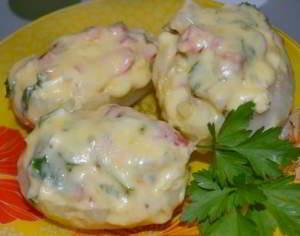 Картофель, фаршированный копченой курицей и овощами под сыром