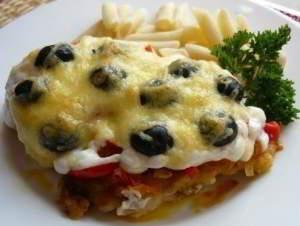 Нежная отбивная из куриной грудки под овощами с сыром и оливками