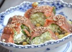 Роллы с лососем и творожной пастой с авокадо