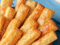 Сырно-творожные палочки с кунжутом