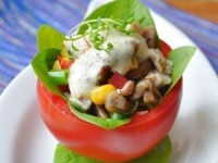 Помидоры, фаршированные салатом из курицы и грибов