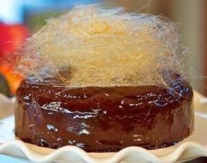 Простая сахарная паутинка как украшение для десертов