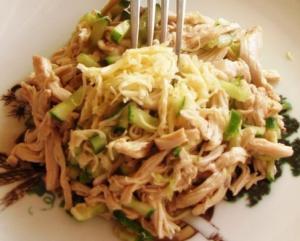 Простой салат с курицей и огурцами