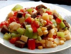 """""""Пёстрый"""" салат из перца, сыра и кукурузы"""
