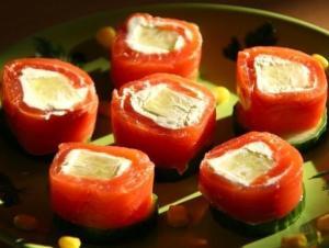 Рулетики из форели с огурцом и сливочным сыром