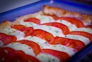 Слоеный пирог с моцареллой и помидорами