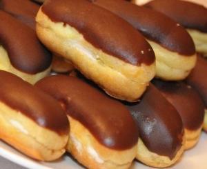 Вкусные пирожные с заварным кремом - эклеры