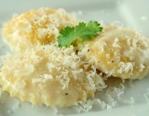 Равиоли с сыром в чесночном соусе