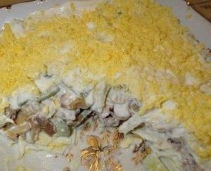 Салат из куриного филе свежих огурцов и консервированных шампиньонов