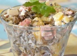 Салат с колбасой и морской капустой