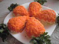 "Салат с куриным филе и грибами ""Морковки"""