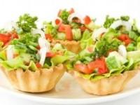 Тарталетки с овощным салатом