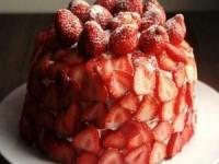 Большой клубничный блинный торт