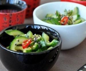 Закуска-салат из быстрых малосольных огурчиков в восточном стиле