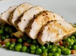 Куриная грудка с зеленым горошком