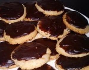 Простое песочное печенье с орешками
