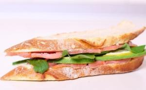 Сэндвич со слабосоленой семгой и авокадо