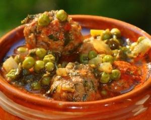 Тефтели в соусе с зеленым горошком, укропом и петрушкой