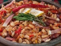 Фасоль в деревенском стиле с колбасками и овощами