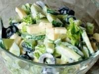 Огуречный салат с маслинами и сыром