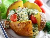 Печеный картофель с творогом и помидорами