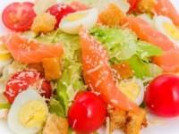 Салат цезарь с лососем и помидорами черри