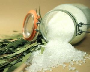 В большинстве дискуссий об употреблении соли игнорируется вопрос об обработке соли. Мало кто понимает, что соль у нас очень сильно рафинирована, точно так же как и сахар, мука и растительное масло. Это продукт химической и высокотемпературной промышленной обработки, при которой из нее удаляются все ценные соли магния, а так же микроэлементы, которые содержатся в морской воде. Чтобы соль оставалась сухой, производители соли добавляют к этому «чистому» продукту несколько вредных добавок, включая соединения алюминия. Вместо природных солей йода, которые удаляются во время обработки, добавляется йодид калия в количествах, которые могут оказаться токсичными. Для стабилизации летучих соединений йода производители добавляют Д-глюкозу (декстрозу), которая придает йодированной соли розоватый оттенок. После этого для восстановления белизны необходим отбеливатель.   При обсуждении проблемы здорового питания возникает огромное количество разногласий, и проблема употребления соли не является исключением. В последние годы диетологи обычно советуют ограничивать содержание соли в рационе, и эта рекомендация получила одобрение ортодоксальной медицины. Первые исследования в этой области выявили связь между употреблением соли и повышением артериального давления, однако впоследствии было доказано, что ограничение употребления соли может принести больше вреда чем пользы. В 1983 году в рамках серьезного исследования было доказано, что соль, употребляемая в пищу, у большинства людей никак не влияет на уровень кровяного давления. Напротив, в некоторых случаях ограничение употребления соли в действительности приводило к повышению давления. В исследовании, проведенном в 1930-х годах, было выяснено, что дефицит соли приводит к потере чувства вкуса, судорогам, слабости, утомляемости и серьезным кардиореспираторным нарушениям при физических усилиях.  За редким исключением соль употребляют во всех традиционных культурах. Изолированные первобытные племена, живущие далеко от моря или других источн