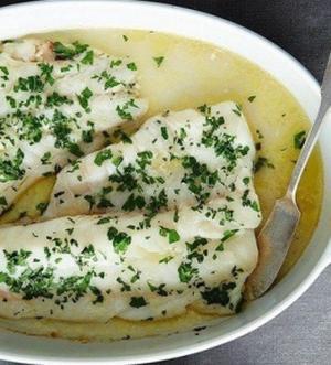 Запеченная белая рыба под вином