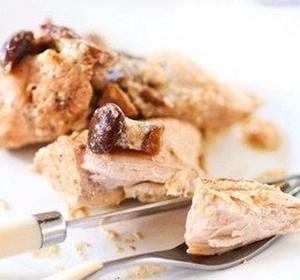 Ингредиенты:  Курица — 1,5 кг Шампиньоны ( или др.грибы) — 300 г Сметана — 400 г Соль, перец, зелень — по вкусу  Приготовление:  1. Курицу помыть, обсушить и разрезать на кусочки. Посолить, поперчить и добавить специи по вкусу (у меня кориандр и перец чили). Выложить их на разогретую с растительным маслом сковороду и обжарить с двух сторон до золотистого цвета. 2. Грибы почистить, нарезать пластинами и добавить к курице. Перемешать, накрыть крышкой и жарить на небольшом огне 20 минут. Затем добавляем сметану и тушим до готовности курицы, примерно 20–30 минут. Зелень мелко крошим и посыпаем курицу при подаче.