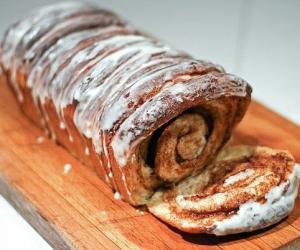 Разваливающийся хлеб с корицей