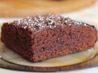 Шоколадный торт с кэробом и йогуртом