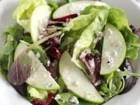 Постный зеленый салат с яблоками и орехами