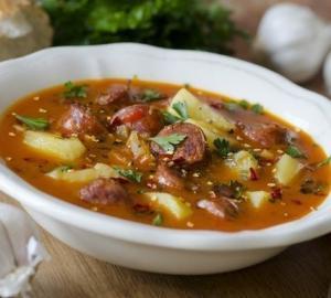 Острый испанский суп с колбасками