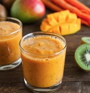 Смузи из манго, моркови и киви
