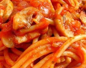 Спагетти с грибами в томатном соусе