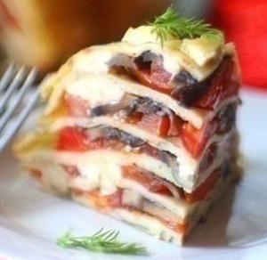 Блинный пирог с помидорами, грибами и сыром