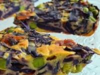 Простой и вкусный пирог из красной капусты, сыра и горошка