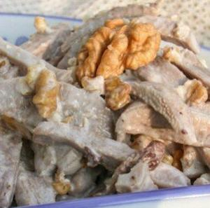 Салат из языка с орехами и чесноком