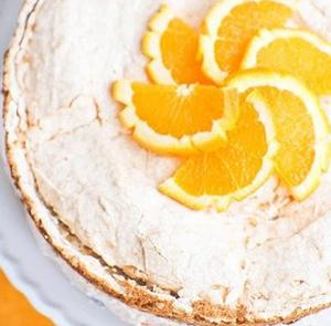 Творожный торт с безе и фруктами